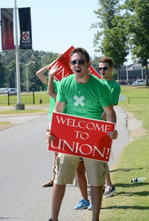 Ian Walker, senior business major and Life Group leader, welcomes students on campus for move in day, Aug. 15, 2014. | Photo by Amanda Rohde