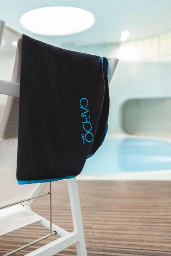 Serviette corps eponge noire ganse bleu turquoise CARDO Paris piscine swimwear joli élégant confortable français