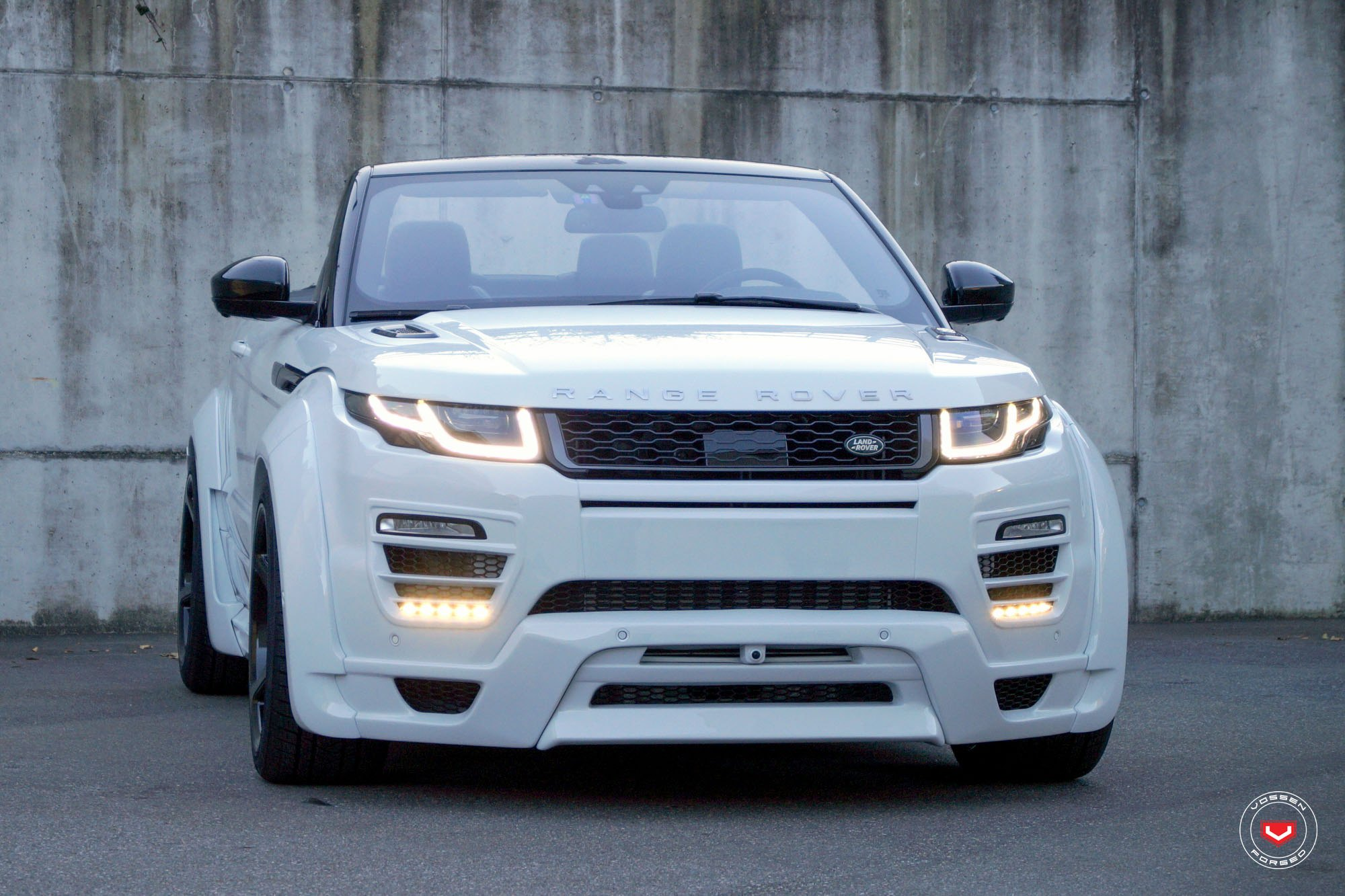 Classy Looks of Range Rover Evoque Put on Custom Wheels — CARiD