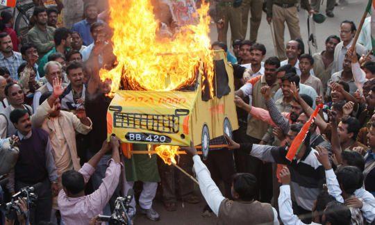 """Des militants du """"Comité Krishi Jami Raksha"""" (KJRC) dirigé par le Congrès de Trinamool incendient une effigie de l'ambitieuse voiture populaire """"Nano"""" de Tata Motors lors d'une manifestation à Singur, où la construction de l'usine automobile Nano est stopé, à une trentaine de kilomètres au nord de Kolkata, le 10 janvier 2008."""