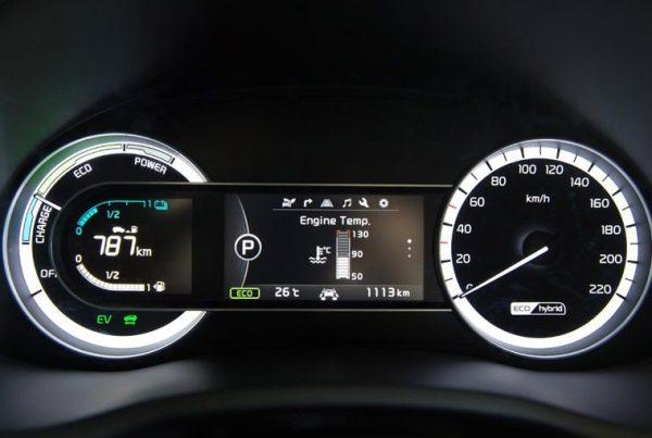 Le compteur de gauche du Kia Niro 2016 permet de surveiller la charge de la batterie et le fonctionnement du SUV.