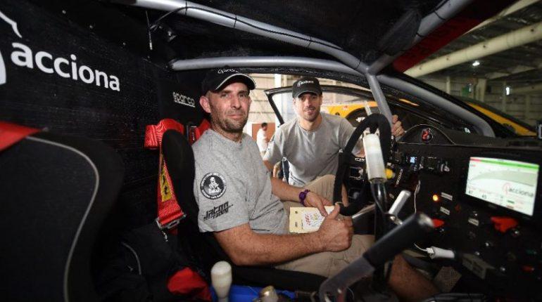 Le pilote Ariel Jatton et le copilote Gaston Daniel Scazzuso tout deux argentins posent à l'intérieur de leur Acciona Eco Power avant le Rallye Dakar 2016 le 1er janvier 2016 (AFP Photo / Franck Fife)