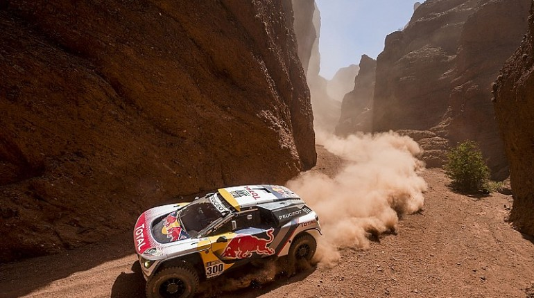 Stephane Peterhansel remporte la troisième étape du Dakar 2017 devant Sainz et Leb signant un triplé pour Peugeot