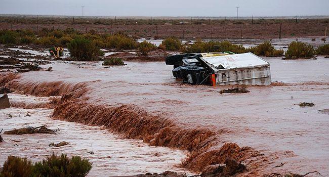 Un camion d'assistance sur le Dakar 2017 pris dans un torrent de boue entre Tupiza et Oruro en Bolivie (c) AFP