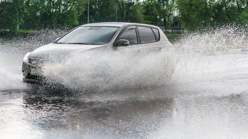 Conseils de conduite sur route inondée