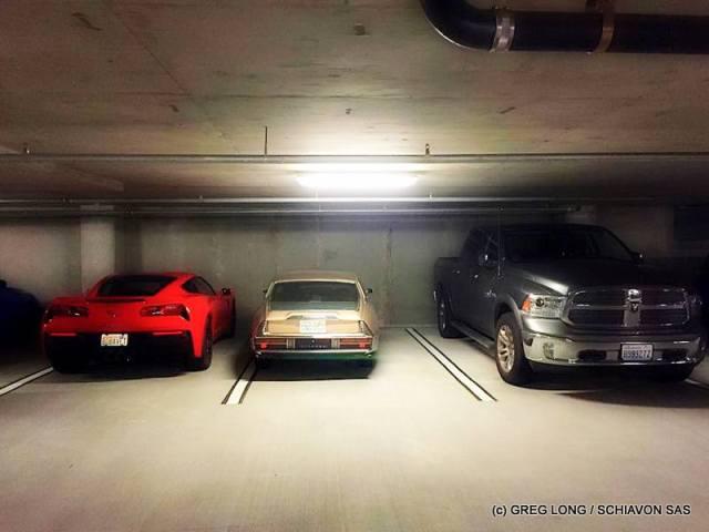 Citroen SM aux Etats-Unis dans un parking sous-terrain entre une Corvette 2015 et un Dodge Ram