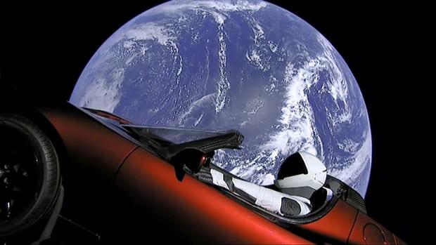 Scaphandre dans la voiture de sport rouge Tesla d'Elon Musk qui a été lancé dans l'espace