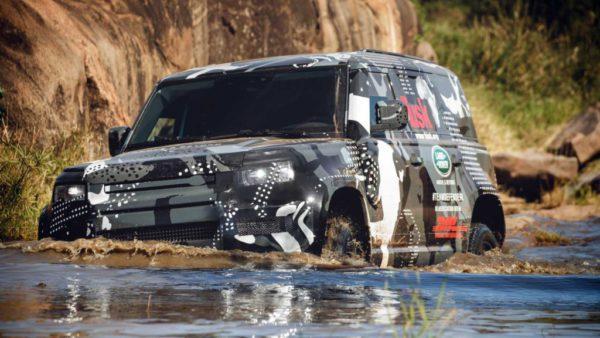 Le nouveau land Rover Defender 2020 photographié presque sans camouflage ici en Afrique
