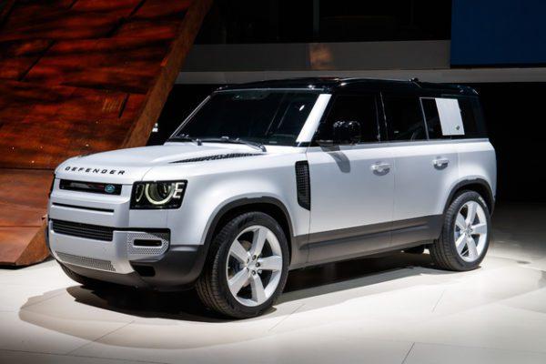 Le nouveau Land Rover Defender SVR s'attaque à la Mercedes-AMG G 63 de 500 ch