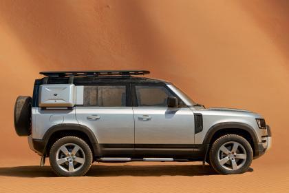 La version robuste comprend un porte-bagages de toit de 26 kg, une protection de passage de roue et un enjoliveur de roue de secours arrière. Une échelle optionnelle peut être ajoutée.