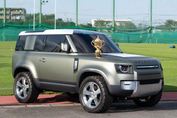 e nouveau Land Rover Defender 90 remet le trophée de la Coupe du Monde de Rugby