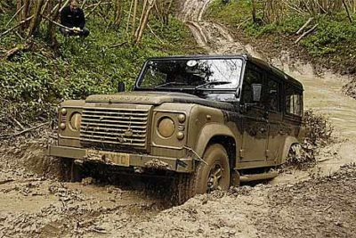 Land Rover Defender dans la boue