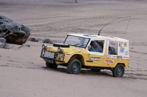 Méhari transformée en véhicule d'assistance médicale lors de l'édition 1980 du raid Paris Alger Dakar