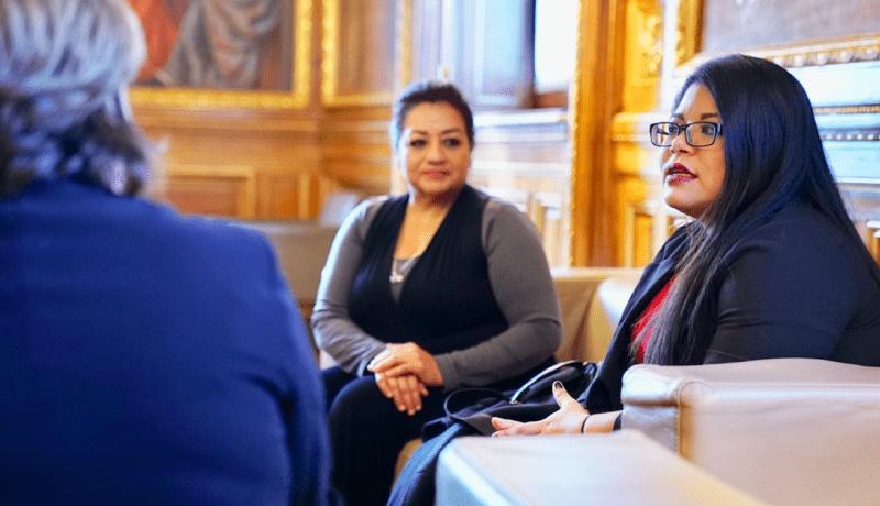 Míriam Ramírez y Mayra Cisneros en un encuentro con la alcaldesa de Barcelona, Ada Colau.