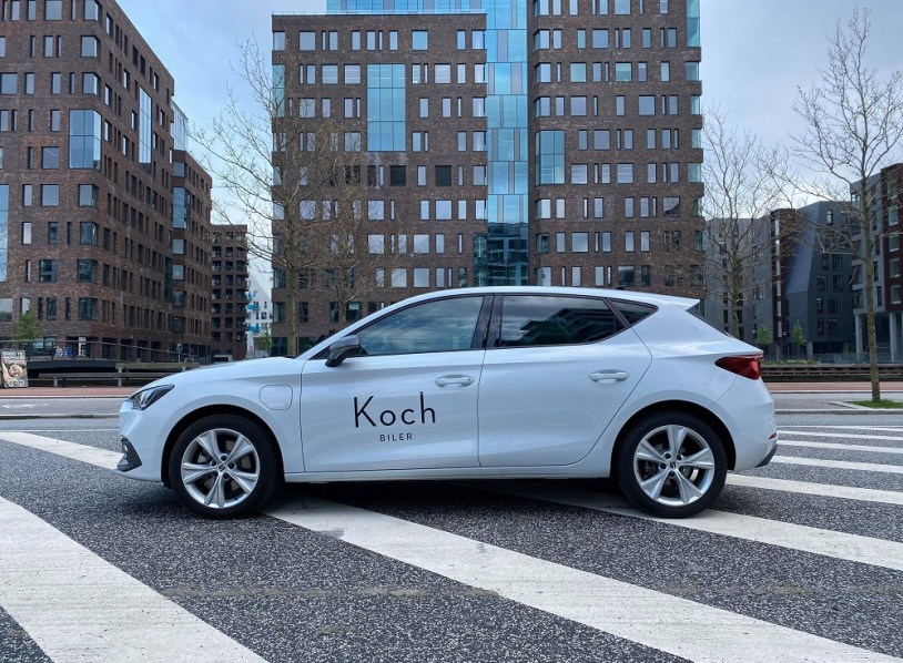 Et billede, der indeholder tekst, udendørs, bygning, bil Automatisk genereret beskrivelse