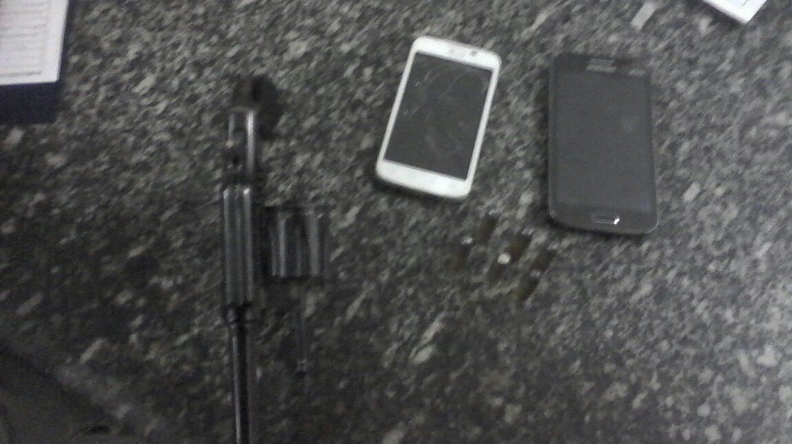 arma-e-celulares-roubados