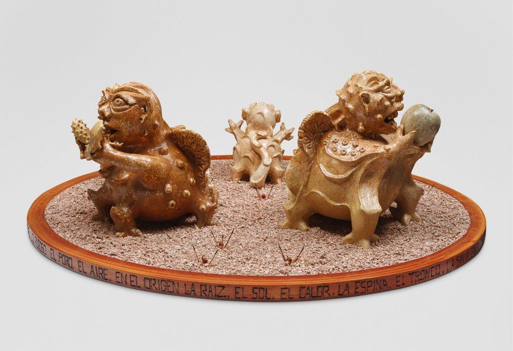 Familia Tipo. 45 cm x 102 cm x 89 cm. Cerámica, madera, ceniza volcánica teñida.