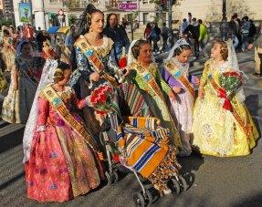 Falleras en procesión