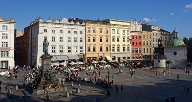 Plaza del Mercado. Monumento a Adam Mickiewicz e Iglesia de San Adalberto