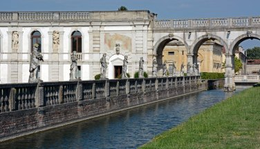 Villa Contarini. Canal y Estatuas
