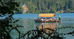 Pletna y Casa en la Orilla del Lago