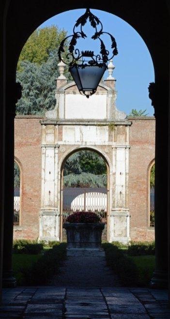 Palacio del Diamante. Arco y Patio