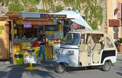 Quiosco y motocarro en Tropea