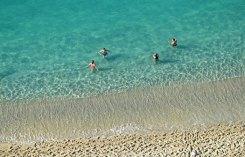 Aguas cristalinas en la playa de Levante - TROPEA