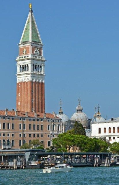 El Campanile de San Marcos destaca sobre los tejados de Venecia