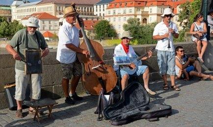 Músicos en el Puente de Carlos