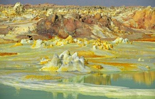 Montañitas de azufre y potasio formadas por surgentes de aguas volcánicas