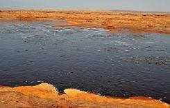 Laguna de aguas hiperoleosas