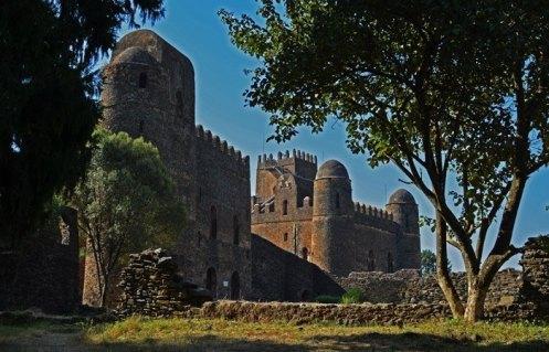 A la izquierda el castillo de Iyasu I, al fondo el castillo de Fasilidas