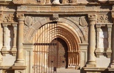 Portada de acceso y portada de la iglesia