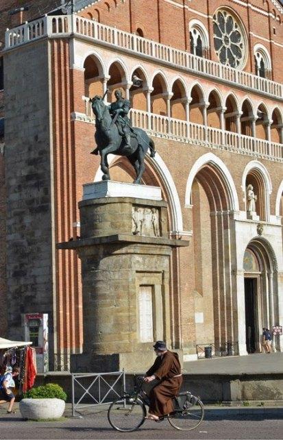 Fraile en bici, Gattamelata y Basilica
