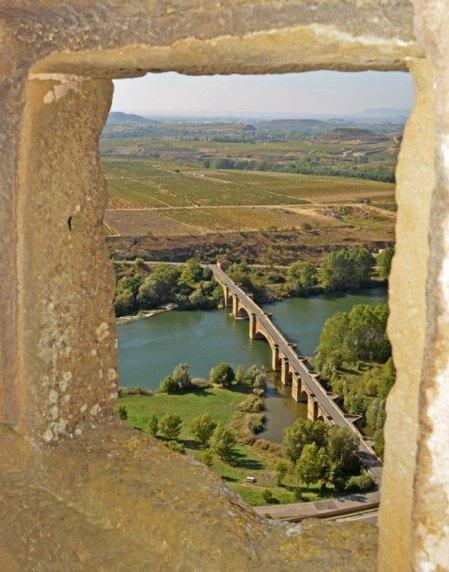 Puente Medieval sobre el Ebro visto desde el castillo