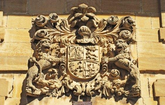 Escudos y blasones decoran las fachadas de las casas-palacio