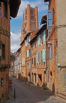 Calles del Vieux Albi - Al fondo: Torre de la Catedral