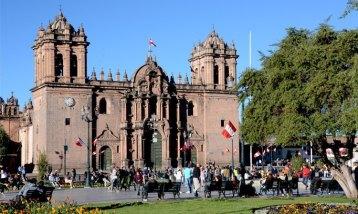 Plaza de Armas. Jardínes y Catedral