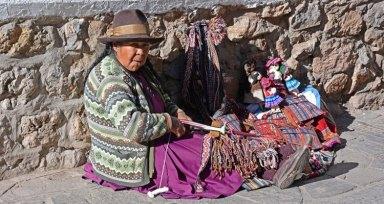 Mujer Tejiendo en la Calle del Carmen Alto