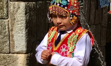 Niño con Traje Tradicional