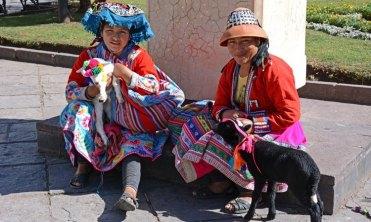Plaza de las Nazarenas. Mujeres con Trajes Típicos