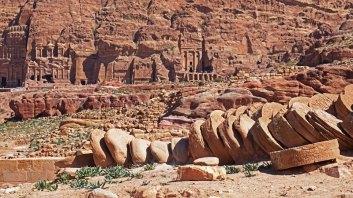 El Gran Templo y al fondo las Tumbas Reales