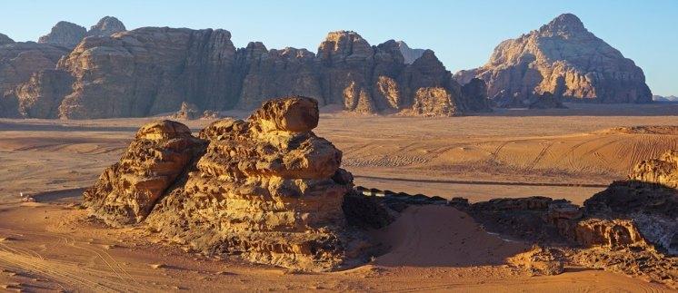 Paisaje en Wadi Rum, al fondo los Siete Pilares de la Sabiduría (la más famosa de sus montañas)