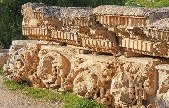 Cornisas romanas recuperadas en las excavaciones (Jerash)