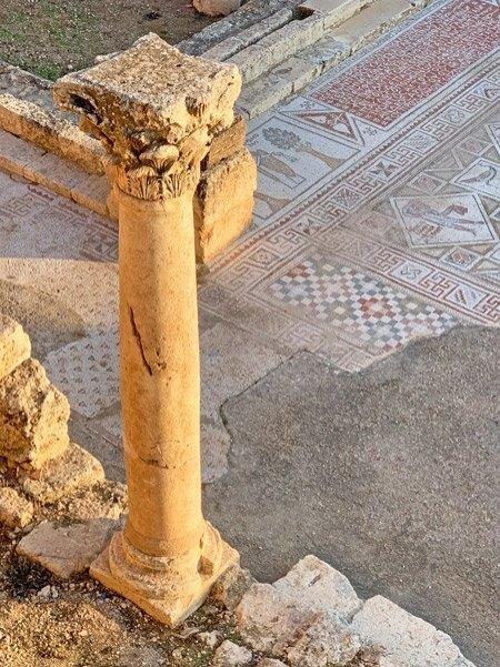 Columna romana y mosaico bizantino (Jerash)