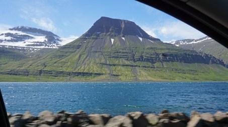 Montañas en el último fiordo atravesado por la Ruta 1