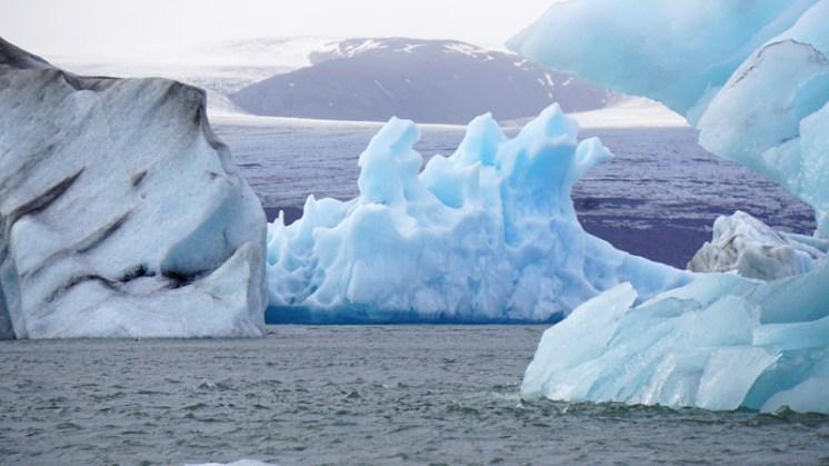 Los icebergs son cuatro veces más profundos que su altura sobre la superficie de la laguna.