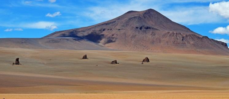Rocas dispersas, centinelas del Desierto Dalí