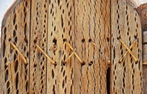 Puerta de madera de cardón y correas de cuero
